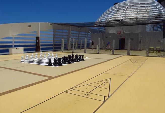 Зона для игры в шаффлборд и гигантские шахматы